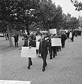 200 Taxichauffeurs staken, met leuzen trokken zij langs d kantoren, Bestanddeelnr 918-1990.jpg
