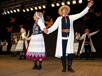 Sukmana - Polish dancers, 2006. The man wears a sukmana.