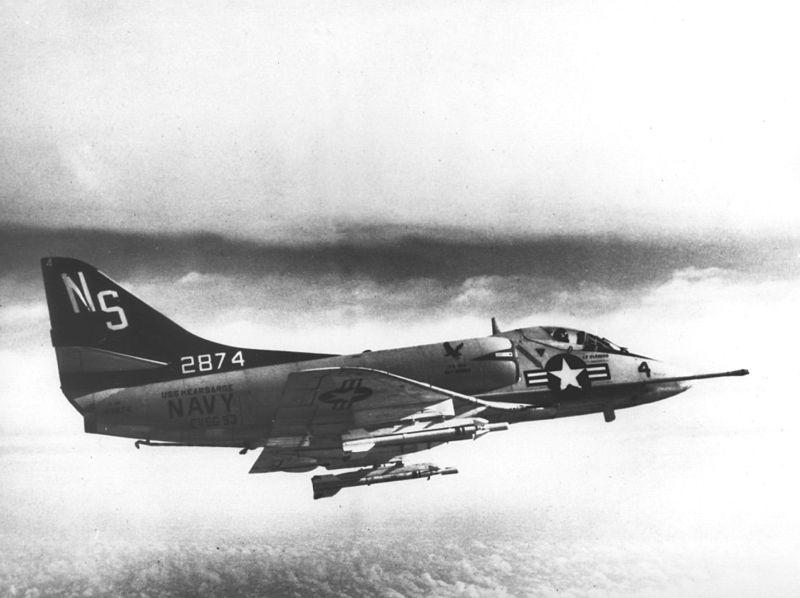 800px-A-4B_Skyhawk_of_VA-153_Det.R_in_fl