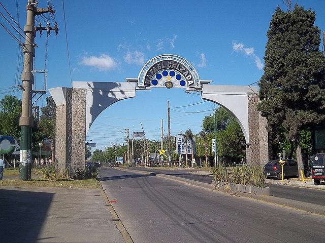 640px-Arco_de_entrada_a_la_ciudad_de_Rafael_Calzada.jpg