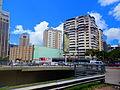 Avenida Libertador (abajo) y una zona de alta densidad, Caracas, Venezuela.jpg