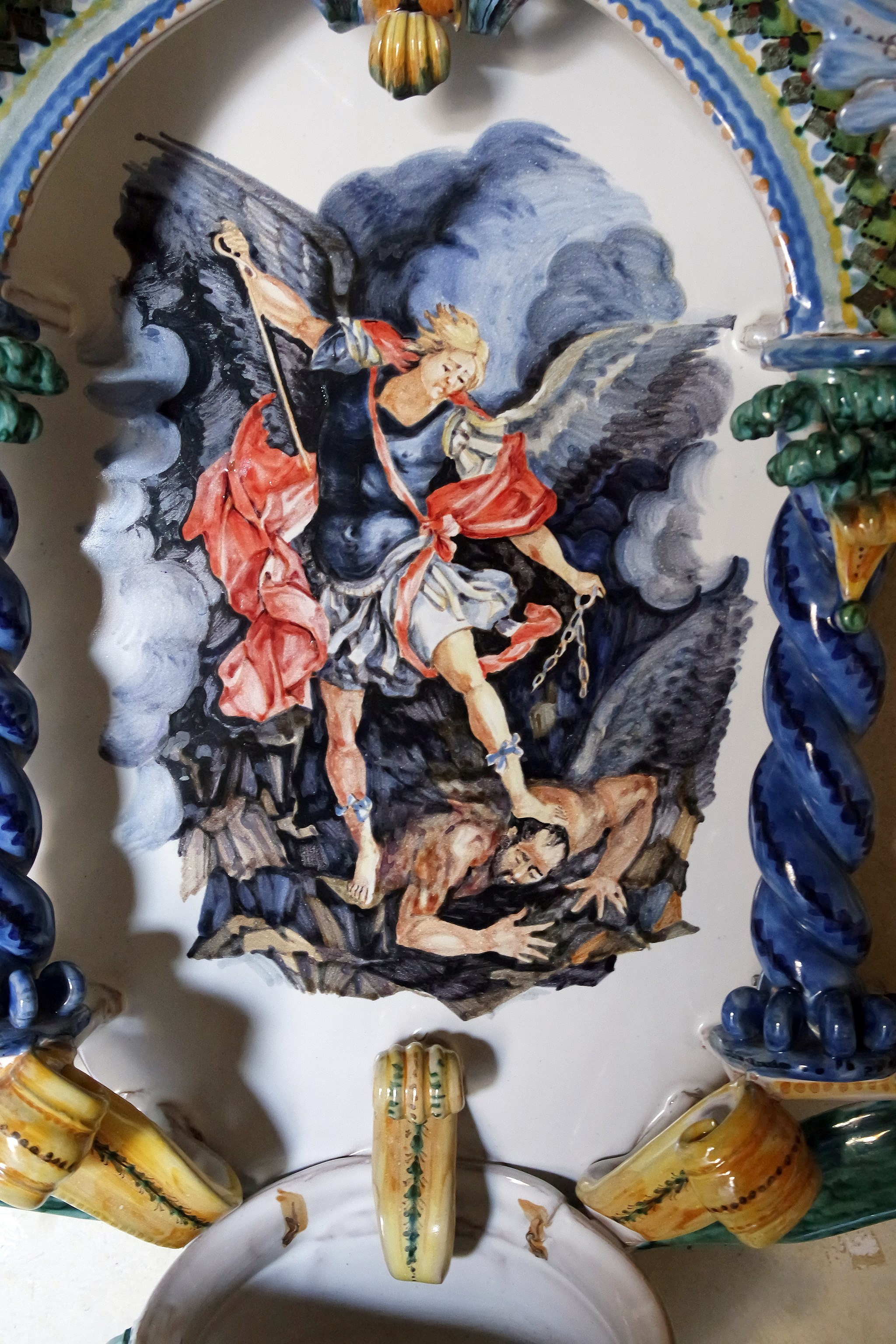 Battistero con riproduzione del San Michele Arcangelo