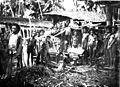 Bewoners van een Papuadorp op Nieuw Guinea staan rondom de beende... - Collectie stichting Nationaal Museum van Wereldculturen - TM-60012076.jpg