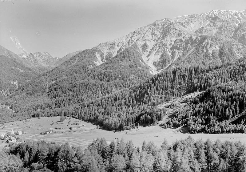 File:Blick auf den Piz Umbrail mit Valchava (links) - CH-BAR - 3239914.tif
