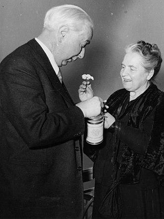 Elly Heuss-Knapp - Elly Heuss-Knapp and her husband Theodor Heuss donate for the Müttergenesungswerk, 1950