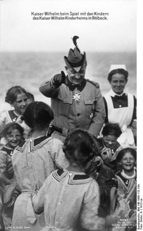 Bundesarchiv Bild 146-1986-110-14A, Ahlbeck, Kaiser Wilhelm II. mit Kindern