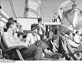 """Bundesarchiv Bild 183-71706-0048, MS """"Völkerfreundschaft"""", Passagiere auf Sonnendeck.jpg"""