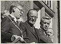 Burgemeester Reehorst, Prins Bernhard, de heer Oud van H.F.C. en A.Sandtke op het bordes van het stadhuis.JPG