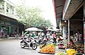 Các gian hàng hoa quả bên trong Chợ Thứa, thị trấn Thứa, huyện Lương Tài, tỉnh Bắc Ninh.jpg