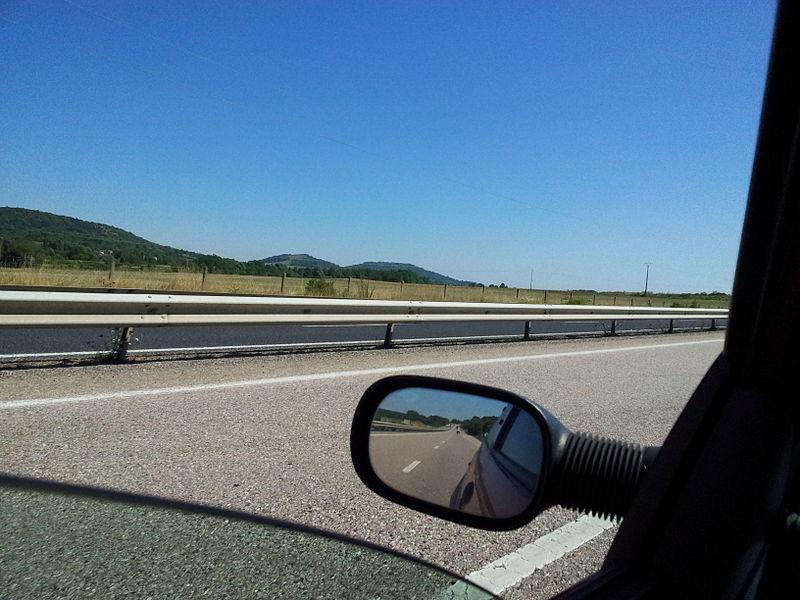 La côte Barine (à gauche) et le mont Saint-Michel (à droite), buttes-témoins situées dans la région de Toul, vues depuis la route nationale 4.