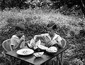 COLLECTIE TROPENMUSEUM De broers Henk en Hans Japing tijdens het eten van durians in de tuin Sumatra TMnr 10030156.jpg