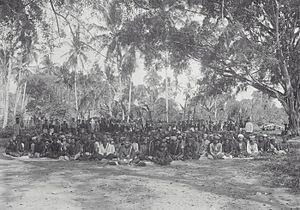 Singkil people - Image: COLLECTIE TROPENMUSEUM Lokale bestuurders met gevolg die zich zijn komen melden bij de colonnecommandant Boven Singkil Atjeh T Mnr 60039114