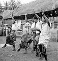 COLLECTIE TROPENMUSEUM Tijdens een ceremoniële dans bieden jonge ongehuwde mannen offers aan in de tempel TMnr 10004730.jpg