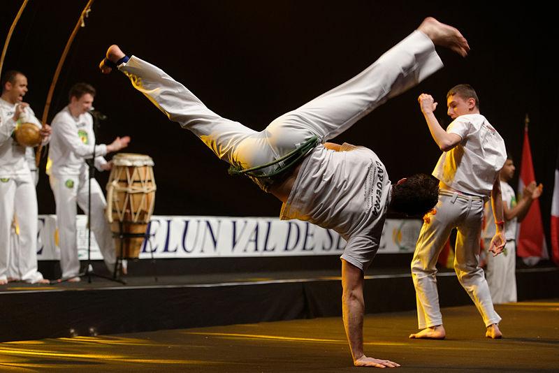 File:Capoeira show Master de fleuret 2013 t221422.jpg