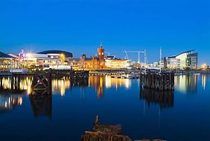 Kārdifa: Cardiff Bay at night
