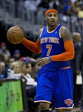 Un joueur de basket-ball avec son équipement: maillot, short, bandeau.