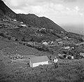 Charles Stellrecht bij de zendmast op St John's op Saba, Bestanddeelnr 252-8233.jpg