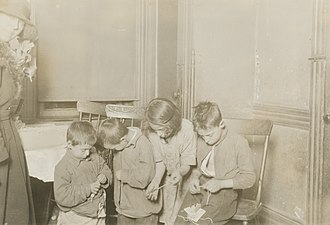 Child labour - Children working in home-based assembly operations in United States (1923).