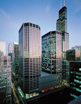 Chicago Mercantile Exchange Center in 2009 met de Willis Tower op de achtergrond.