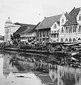 Collectie NMvWereldculturen, TM-20000889, Negatief, 'Gezicht op bebouwing aan de oever van de Kali Besar in het oude stadsdeel', fotograaf Boy Lawson, 1971.jpg