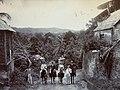 Collectie Nationaal Museum van Wereldculturen TM-60062183 Vier man te paard en twee staand ernaast op een landweg Trinidad en Tobago fotograaf niet bekend.jpg