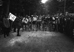 1908 Tour de France - Image: Départ du Tour de France 13 juillet 1908