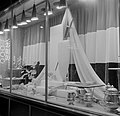 De versierde etalage van juwelier Spritzer en Fuhrmann aan het Da Costa Gomezple, Bestanddeelnr 252-3763.jpg