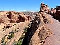 Delicate Arch Trail, Arches (31635987150).jpg
