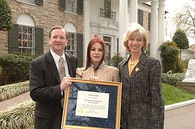 [تصویر:  390px-Designation_of_Graceland_Mansion_a...k_2006.jpg]
