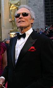 9f181403055baa Clint Eastwood porte un costume noir avec une chemise blanche et un nœud  papillon noir pour