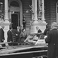 Einde van het feest vertrek Koninklijke gasten koningin Elisabeth en prins Phili, Bestanddeelnr 913-8639.jpg