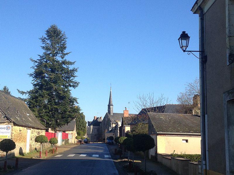 Entrée du village de Mée (Mayenne) par la route de Saint-Quentin-les-Anges