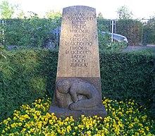 Grabstein mit Förster-Gedicht auf einem Gräberfeld für anonyme Bestattungen auf dem Zentralfriedhof Friedrichsfelde, unter anderem auch für Erich Mielke (Quelle: Wikimedia)