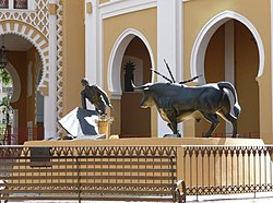 Estatua de César Girón en la Maestranza.jpg