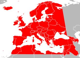 Kaart van landen in Europa, Noord-Afrika en West-Azië in grijs, met de grenzen van de Europese omroepruimte in rood over elkaar heen gelegd