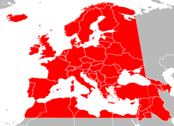 Mappa dei paesi in Europa, Nord Africa e Asia occidentale in grigio, con i confini dell'area di trasmissione europea sovrapposti in rosso