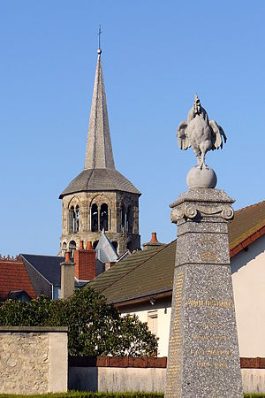 L'église Saint-Pierre-et-Saint-Paul (tour principale) et le monument aux morts.