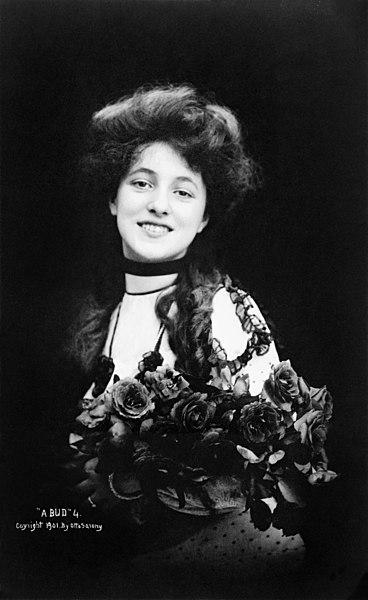 File:Evelyn Nesbit, seated, by Otto Sarony, 1901.jpg