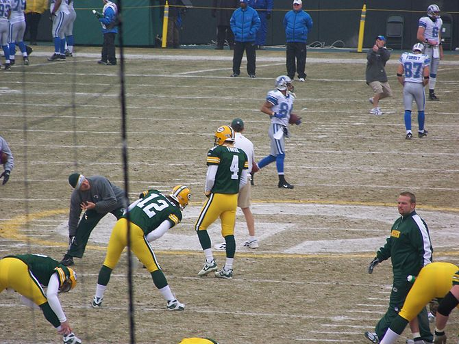 English: Brett Favre (#4) and Aaron Rodgers (#...