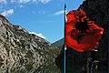 Flagge von Albanien auf der Autofähre am Komanisee.jpg
