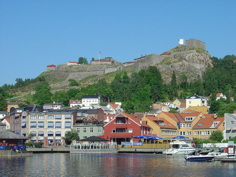 Fil:Fredriksten fortress Norway seen from Halden harbor.jpg