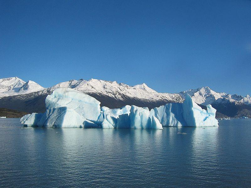Wasser in verschiedenen Aggregatzuständen, Foto von Ilya Haykinson (Quelle: http://de.wikipedia.org/w/index.php?title=Datei:Glacial_iceberg_in_Argentina.jpg&filetimestamp=20050415201644)