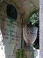 Grabmal der Familie Julius Wilhelm Brühl, Blick in den Innenraum mit den verzeichneten Namen der hier ruhenden Familienmitglieder .jpg