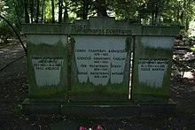 https://upload.wikimedia.org/wikipedia/commons/thumb/0/03/Grabmal_russisch_Urnenfriedhof_Gerichtstra%C3%9Fe.jpg/220px-Grabmal_russisch_Urnenfriedhof_Gerichtstra%C3%9Fe.jpg