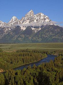 Řeka protékající údolím