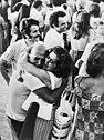 Griekse politieke gevangenen vrij van Yaros begroeting van familieleden, Bestanddeelnr 927-3545.jpg