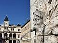 Hôtel de ville de Vienne avec sa fontaine classée.jpg