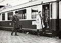 """HUA-169792-Afbeelding van treinreizigers op het perron van het N.S.-station Amsterdam Amstel te Amsterdam, bij het panoramarijtuig van de internationale trein """"Rheingold"""".jpg"""