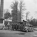 Het Militair Gezag bij de Naald in Apeldoorn (Loolaan) Op de foto is een voertu, Bestanddeelnr 900-2808.jpg