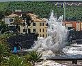Hohe Atlantikwellen brechen sich am Strand von Santa Cruz (Madeira). 10.jpg